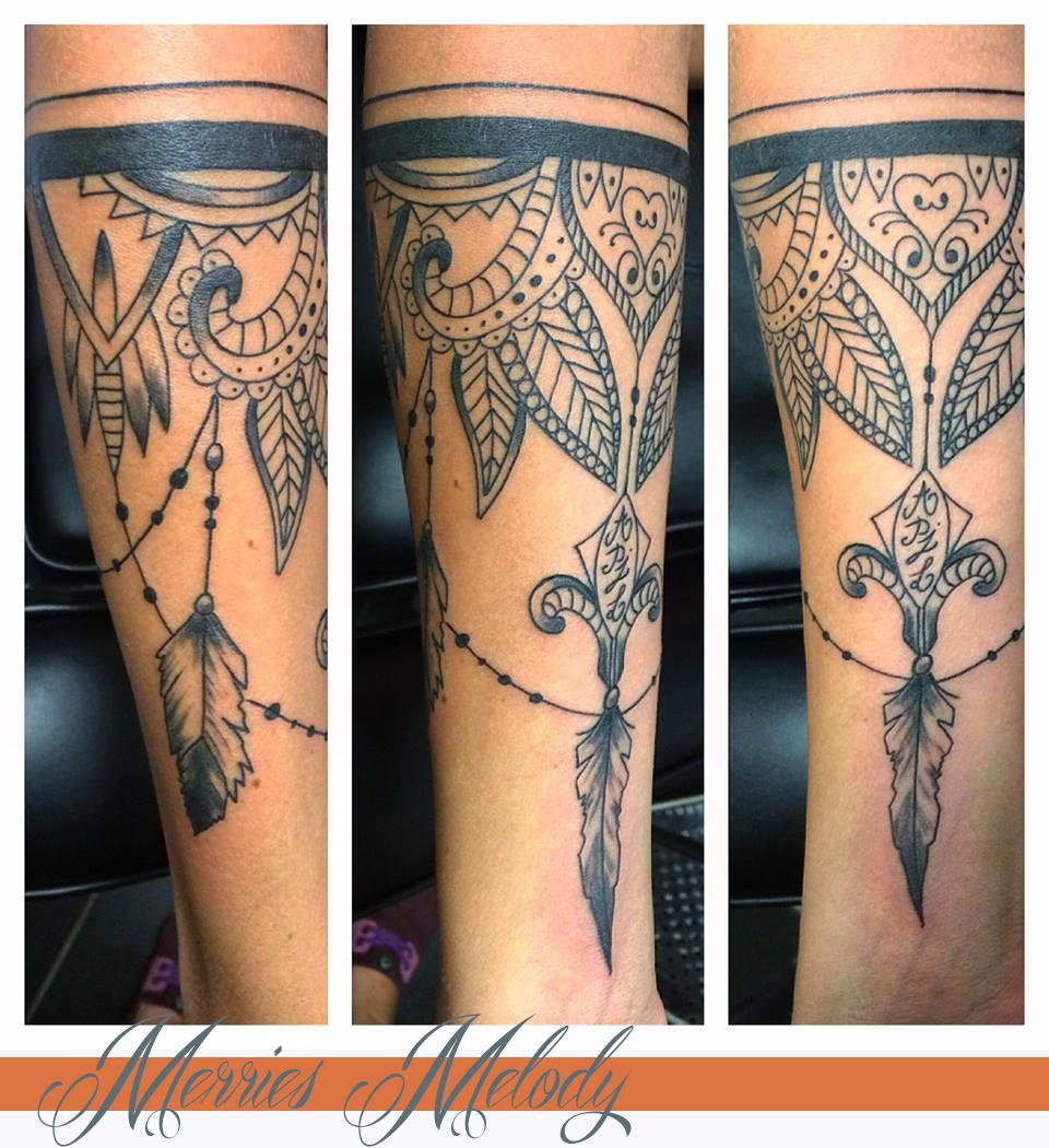 tatouage bras femme bracelet plume. Black Bedroom Furniture Sets. Home Design Ideas